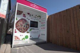 Los cajeros automáticos de pizza entregan pasteles mientras los restaurantes permanecen cerrados