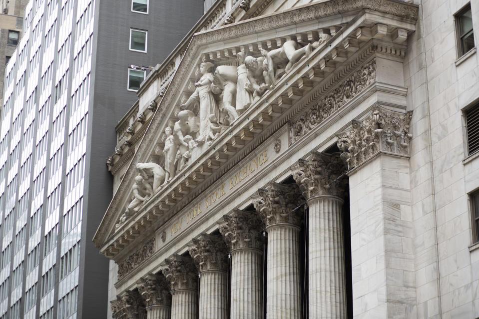 NUEVA YORK, NY - 2 DE JUNIO: Una vista exterior de la Bolsa de Valores de Nueva York y Wall Street cuando la nueva compañía Organon comienza a cotizar el próximo jueves en Nueva York el 2 de junio de 2021. Organon busca expandirse para brindar tratamientos para otras condiciones específicas para las mujeres, alrededor del 80% de los ingresos de la nueva empresa provendrán de fuera de los Estados Unidos (Foto de Kina Bettencourt / VIEWpress)
