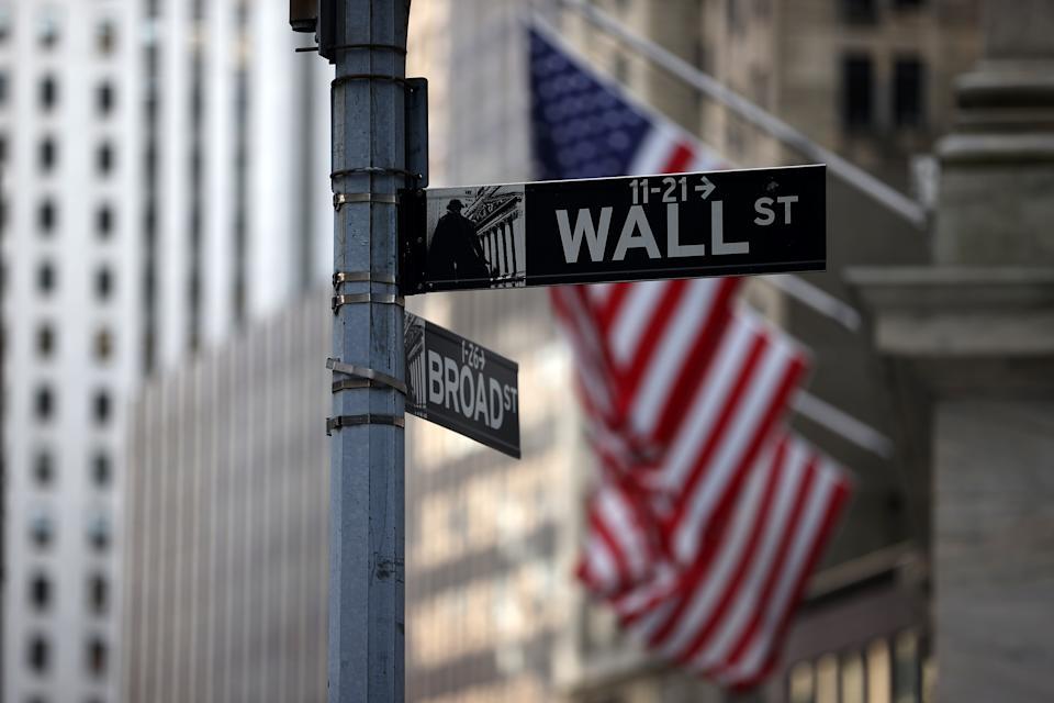 NUEVA YORK, NY - 16 DE AGOSTO: Los letreros de Wall Street y Broad Street se ven en el edificio de la Bolsa de Valores de Nueva York (NYSE) en el distrito financiero de la ciudad de Nueva York, EE. UU., 16 de agosto de 2021 (Foto de Tyvon Coskun) / Agencia Anadolu a través de Getty Imágenes)