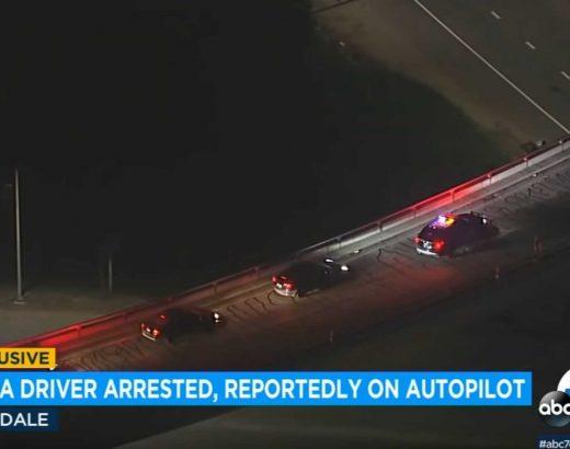 Mira cómo la policía detuvo un Tesla según el piloto automático