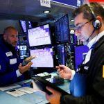 Las acciones suben, ya que persisten los temores inflacionarios